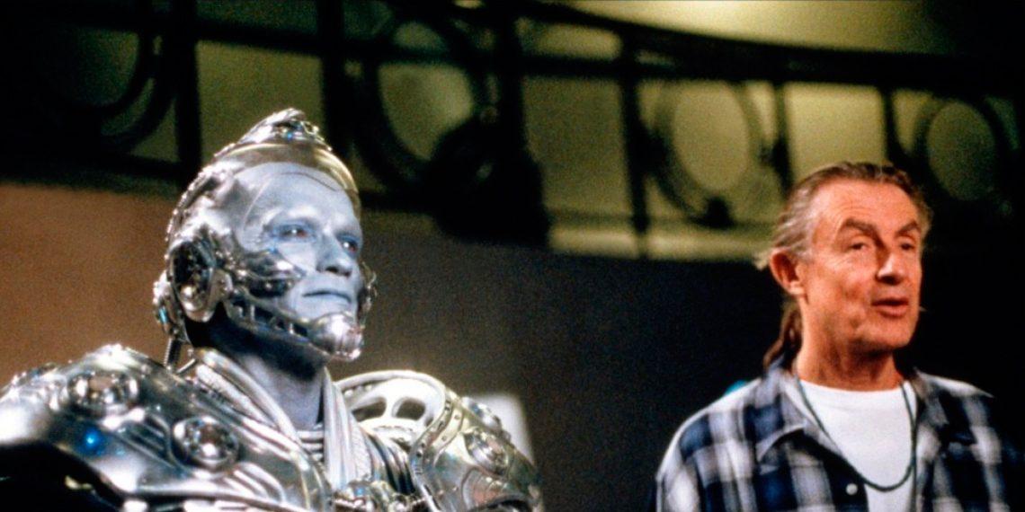 Joel Schumacher vedľa zamaskovaného Arnolda Schwarzeneggera pri nakrúcaní filmu Batman a Robin (1997)