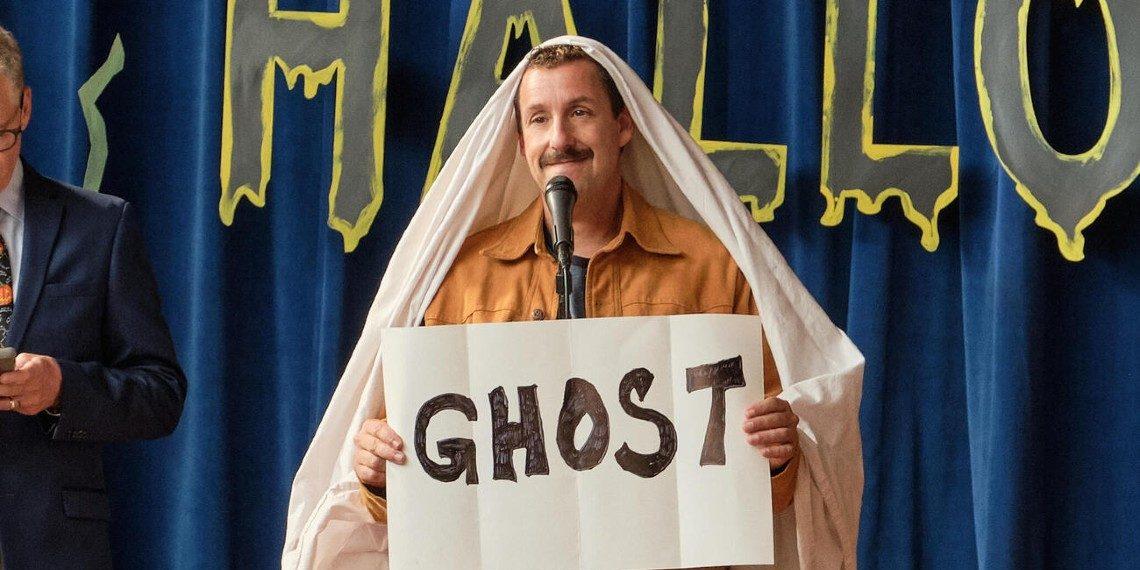 Adam Sandler vo filme Hubbieho Halloween © 2020 Netflix