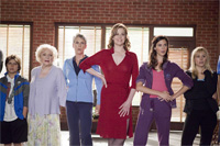 Betty White, Jamie Lee Curtis, Sigourney Weaver, Odette Yustman a Kristen Bell v komédii Zasa ona! (You Again, 2010)
